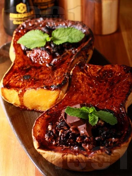 Печена пълнена тиква в тава със сушени плодове (сливи, кайсии), мед, ядки и какаов сос на фурна - снимка на рецептата